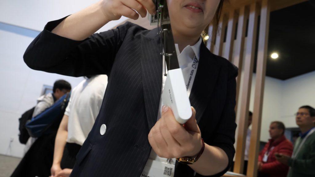 BOE продемонстрировала экран сворачивающийся в трубочку